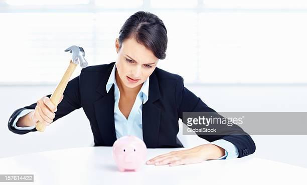 Sparschwein-Business-Frau aufstellen Ihre Ersparnisse