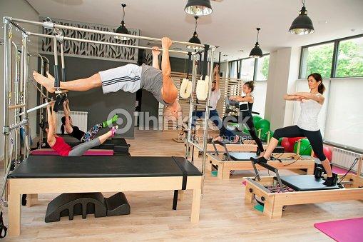 de pilates dans une salle de sport photo thinkstock. Black Bedroom Furniture Sets. Home Design Ideas