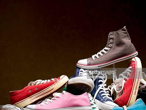 Pile de chaussures en toile