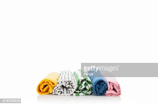 Pilha de roupas coloridas isolado num fundo branco. : Foto de stock