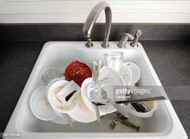 Haufen von schmutzige Geschirr in der Spüle