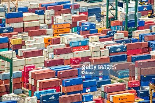 Montones de los contenedores en el puerto de Singapur : Foto de stock