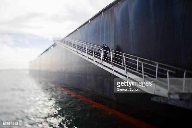 Pilot grimper les escaliers du pétrolier.