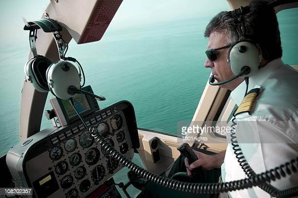Pilota di aeroplano vola con vista sull'oceano dalla cabina di pilotaggio