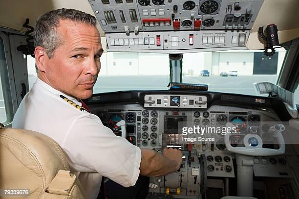 Pilota nella cabina di pilotaggio