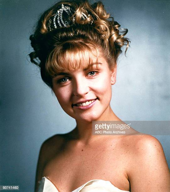 PEAKS Pilot Season One 3/22/1990 Homecoming queen Laura Palmer is found dead washed up on a riverbank wrapped in plastic sheeting FBI Special Agent...