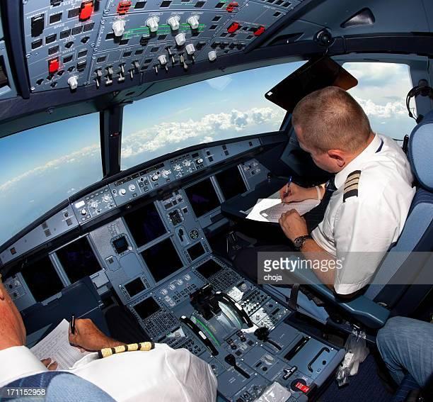 Pilotes dans le cockpit pendant un vol commercial