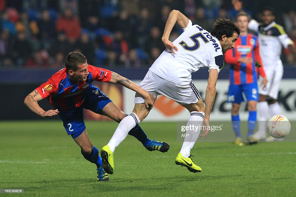 Pilzen´s defender Lukas Hejda (L) fights for the ball with Fenerbahce's midfielder Mehmet Topal (R) during the UEFA Europa League Round of 16 first leg football match FC Viktoria Plzen vs Fenerbahce SK in Plzen, Czech Republic, on March 7, 2013.