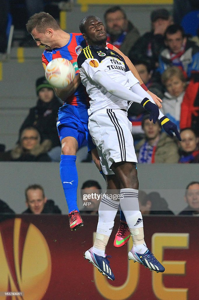 Pilzen´s defender Radim Reznik (L) fights for the ball with Fenerbahce's Senegalese striker Moussa Sow (R) during the UEFA Europa League Round of 16 first leg football match FC Viktoria Plzen vs Fenerbahce SK in Plzen, Czech Republic, on March 7, 2013.