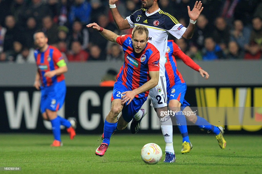 Pilzen´s midfielder Daniel Kolar (L) fights for the ball with Fenerbahce's midfielder Selcuk Sahin (R) during the UEFA Europa League Round of 16 first leg football match FC Viktoria Plzen vs Fenerbahce SK in Plzen, Czech Republic, on March 7, 2013.