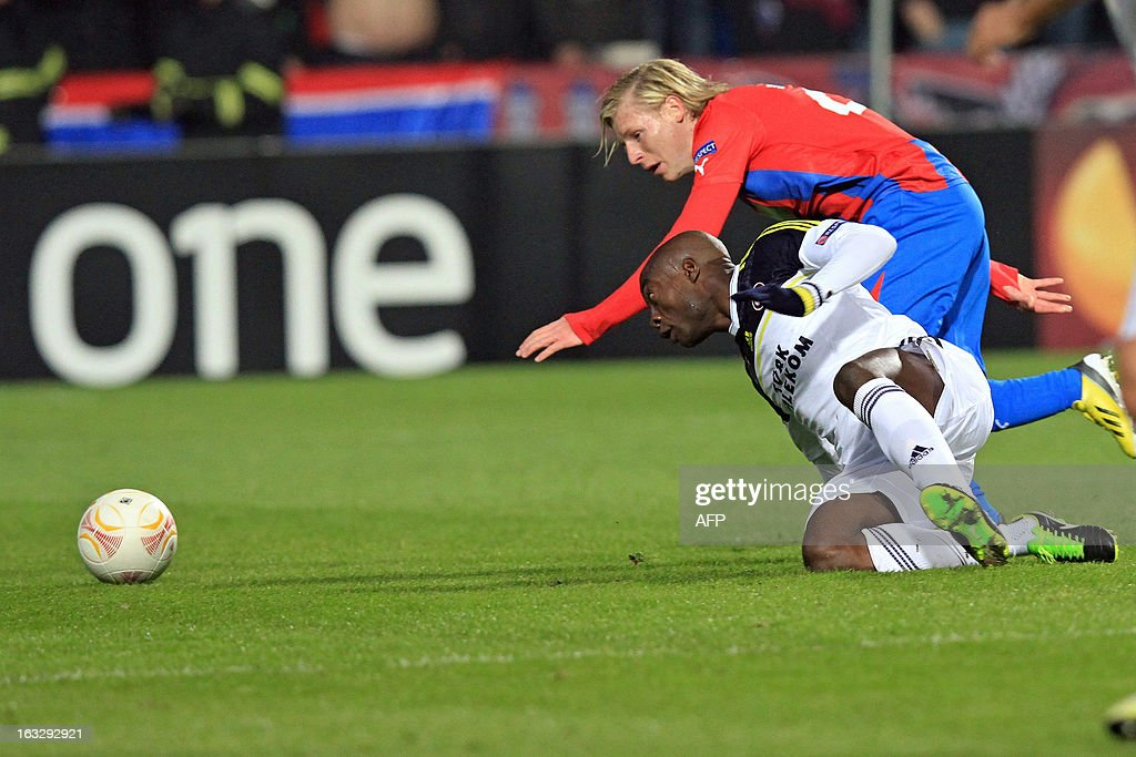 Pilzen´s midfielder Frantisek Rajtoral (L) fights for the ball with Fenerbahce's Cameroonian striker Pierre Webo (R) during the UEFA Europa League Round of 16 first leg football match FC Viktoria Plzen vs Fenerbahce SK in Plzen, Czech Republic, on March 7, 2013.