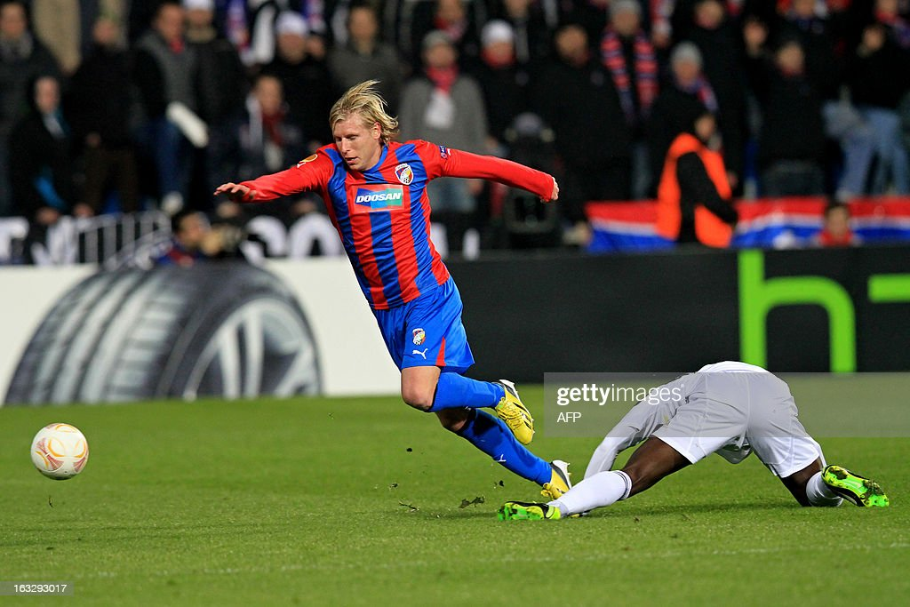 Pilzen´s midfielder Frantisek Rajtoral (L) fights for the ball with Fenerbahce's Cameroonian striker Pierre Webo ( R) during the UEFA Europa League Round of 16 first leg football match FC Viktoria Plzen vs Fenerbahce SK in Plzen, Czech Republic, on March 7, 2013.