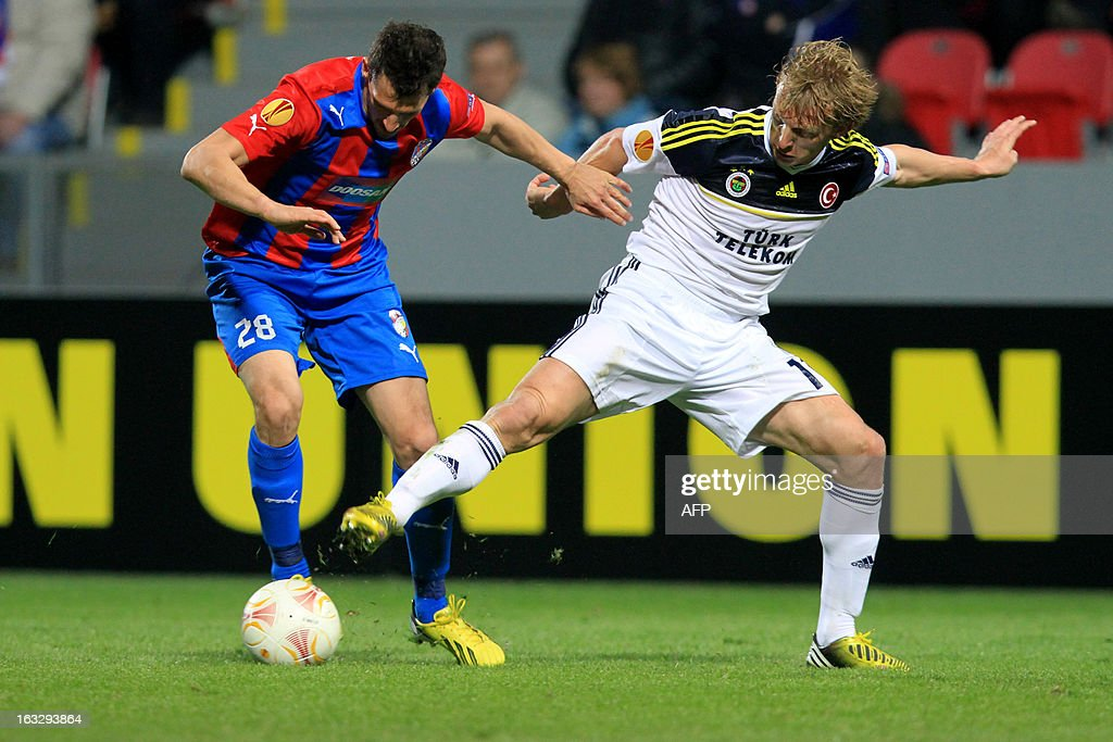 Pilzen´s Slovenian defender Marian Cisovsky (L) fights for the ball with Fenerbahce's Dutch striker Dirk Kuyt (R) during the UEFA Europa League Round of 16 first leg football match FC Viktoria Plzen vs Fenerbahce SK in Plzen, Czech Republic, on March 7, 2013.