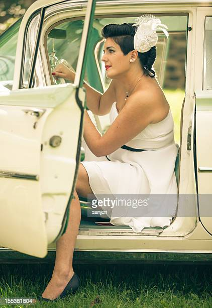 Pin-up-Mädchen im Auto