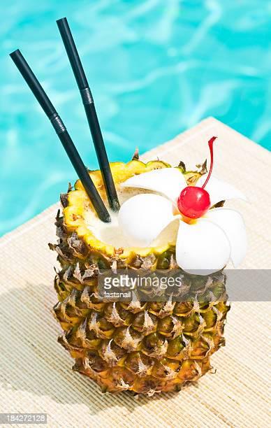 Pina Colada cocktail près de waterpool sur le tapis de gym
