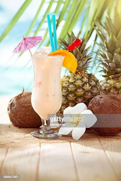Pina Colada cocktail am Strand mit Textfreiraum