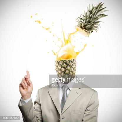 パイナップルに向かうビジネスマンが爆発的なアイデア