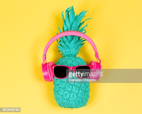 Pineapple in pink headphones : Foto de stock