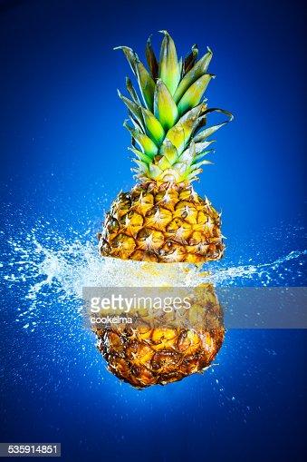 Ananás banhada com Água : Foto de stock