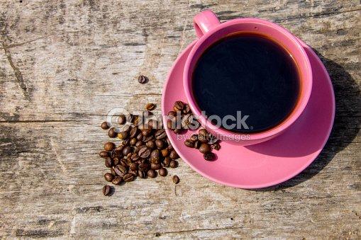 rosa tasse kaffee und kaffeebohnen auf rustikalen holztisch ansicht von oben stock foto thinkstock. Black Bedroom Furniture Sets. Home Design Ideas