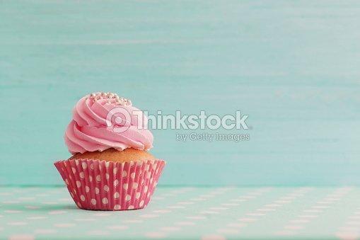 cupcake rose sur fond en bois bleu : Photo