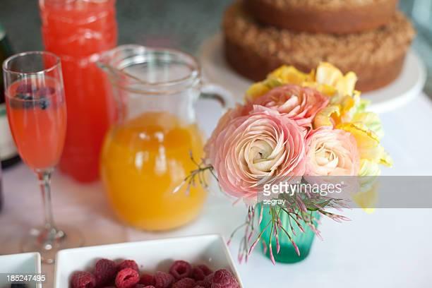 Fleurs roses sur une table de petit déjeuner
