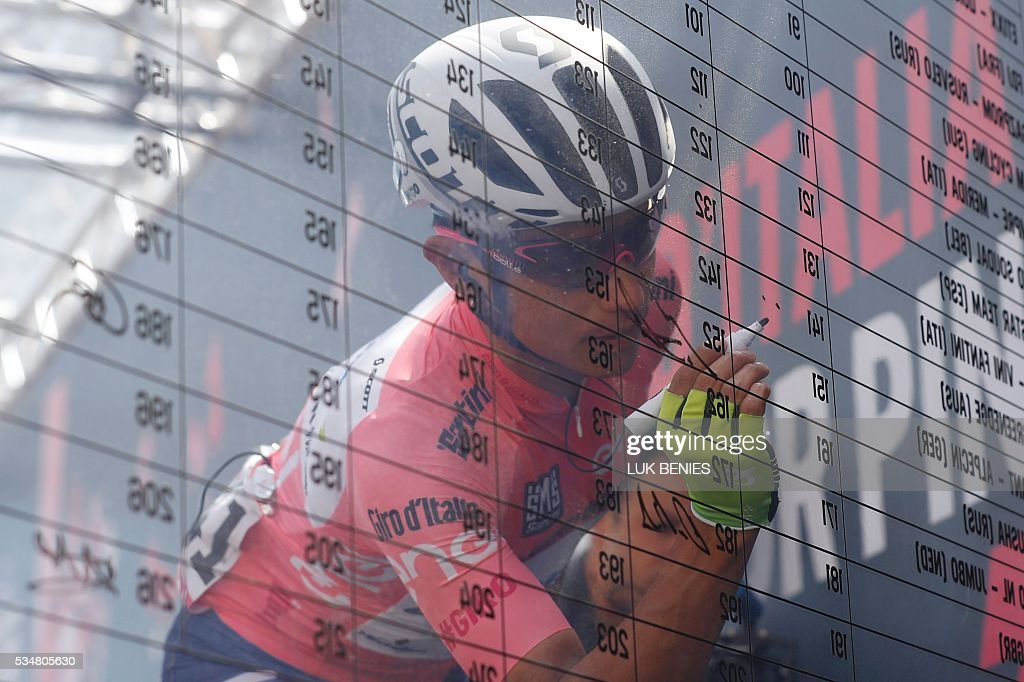 Pink jersey Colombia's Esteban Chaves of team Orica GreenEdge signs the board before the 20th stage of the 99th Giro d'Italia, Tour of Italy, from Guillestre to Sant'Anna di Viniado on May 28, 2016. / AFP / Luk BENIES