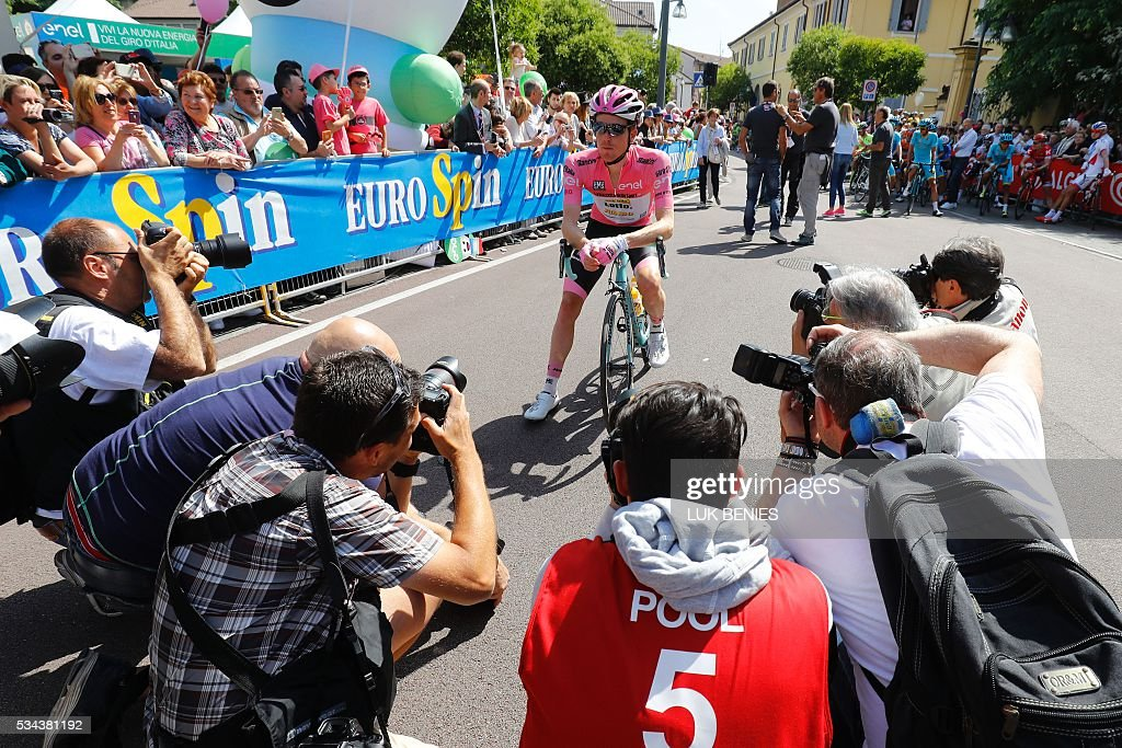 Pink jersey Dutch Steven Kruijswijk (Lotto NL) poses before the start of the 18th stage of the 99th Giro d'Italia, Tour of Italy, from Muggio to Pinerolo on May 26, 2016. / AFP / Luk BENIES