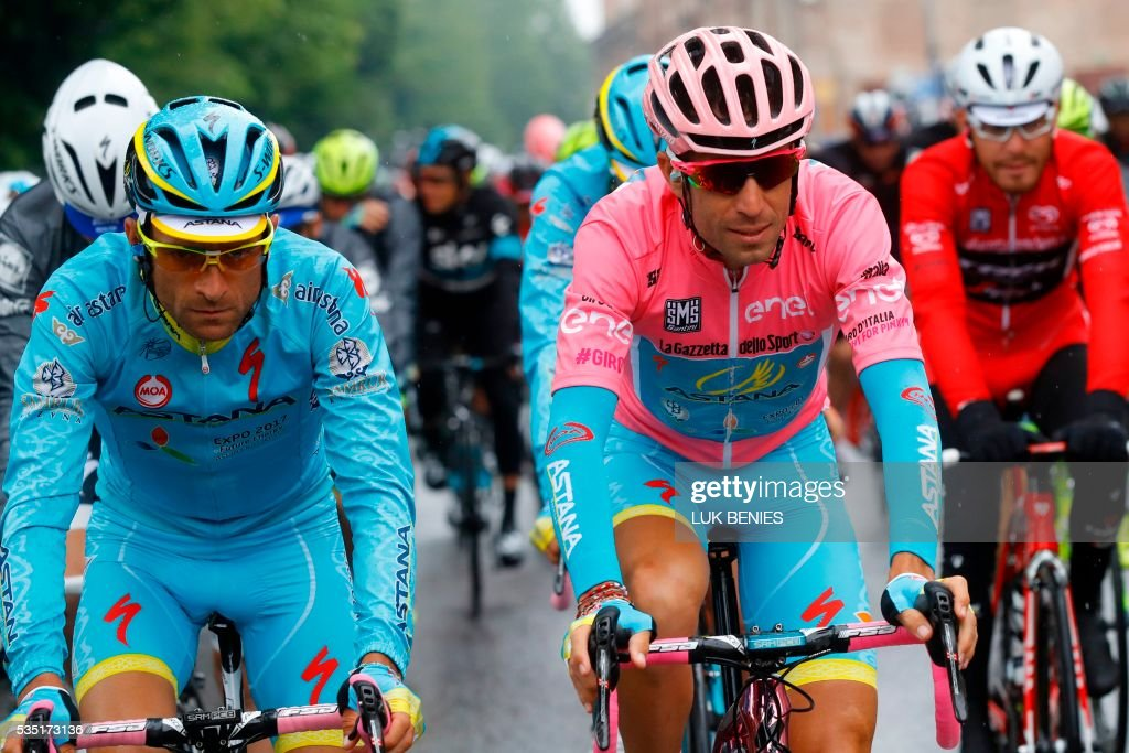 Pink jersey Italy's Vincenzo Nibali (R) and teammate Italy's Michele Scarponi (L) take the start of the 21th and last stage of the 99th Giro d'Italia, Tour of Italy, from Cuneo to Turin on May 29, 2016. / AFP / Luk BENIES