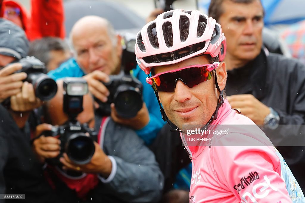 Pink jersey Italy's Vincenzo Nibali poses before the start of the 21th and last stage of the 99th Giro d'Italia, Tour of Italy, from Cuneo to Turin on May 29, 2016. / AFP / Luk BENIES
