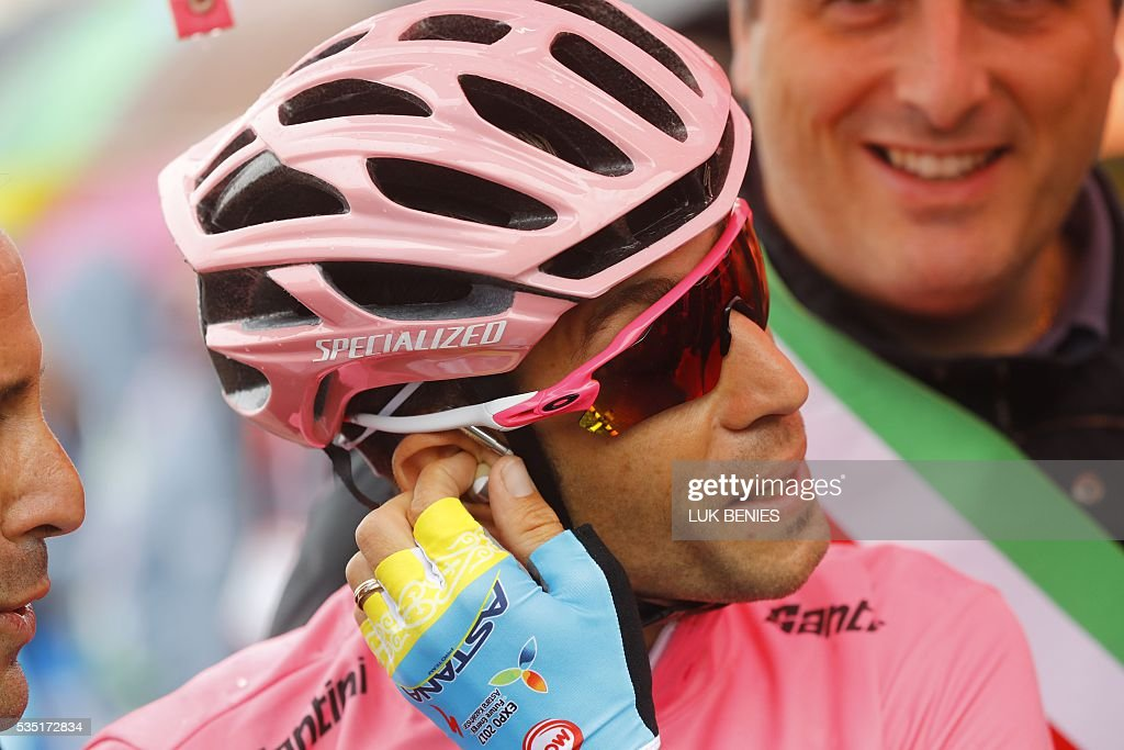 Pink jersey Italy's Vincenzo Nibali prepares to take the start of the 21th and last stage of the 99th Giro d'Italia, Tour of Italy, from Cuneo to Turin on May 29, 2016. / AFP / Luk BENIES