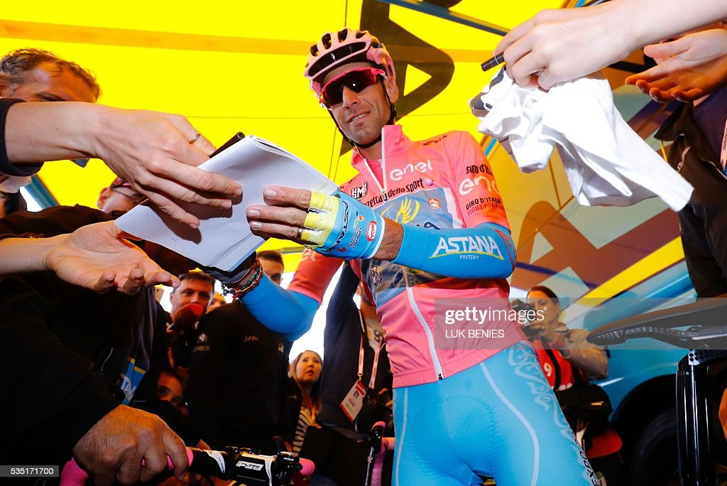 Pink jersey Italy's Vincenzo Nibali signs autographs before the start of the 21th and last stage of the 99th Giro d'Italia, Tour of Italy, from Cuneo to Turin on May 29, 2016. / AFP / Luk BENIES