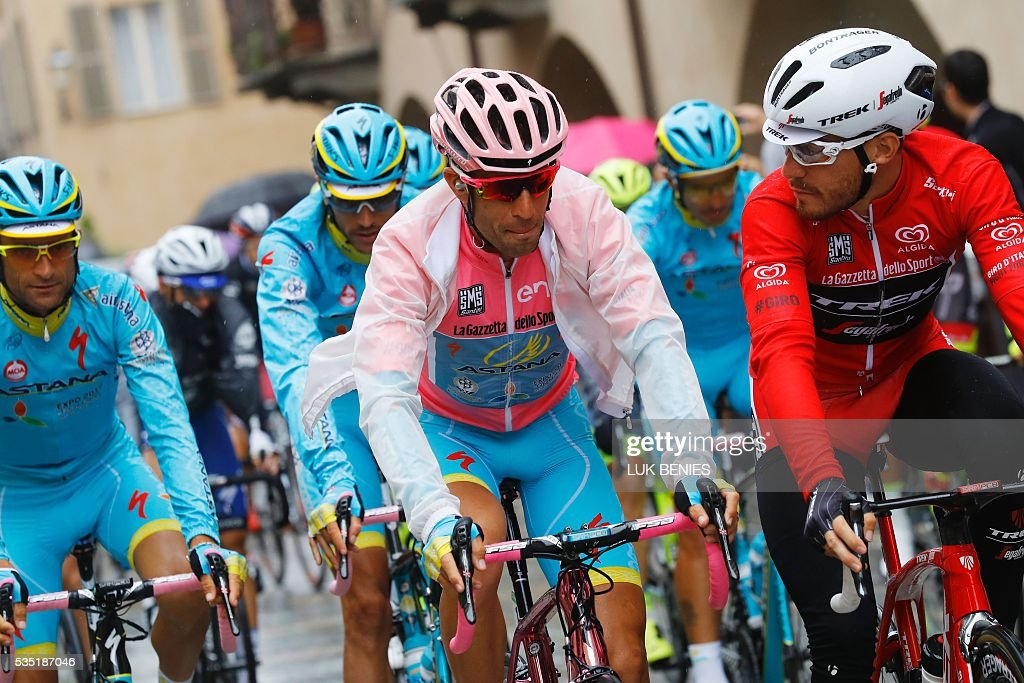 Pink jersey Italy's Vincenzo Nibali (C) takes the start of the 21th and last stage of the 99th Giro d'Italia, Tour of Italy, from Cuneo to Turin on May 29, 2016. / AFP / Luk BENIES