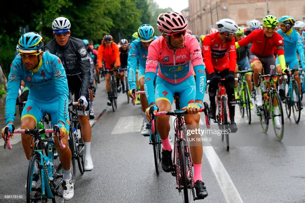 Pink jersey Italy's Vincenzo Nibali (C) and teammate Italy's Michele Scarponi (L) take the start of the 21th and last stage of the 99th Giro d'Italia, Tour of Italy, from Cuneo to Turin on May 29, 2016. / AFP / Luk BENIES