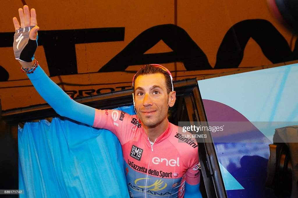 Pink jersey Italy's Vincenzo Nibali waves before the start of the 21th and last stage of the 99th Giro d'Italia, Tour of Italy, from Cuneo to Turin on May 29, 2016. / AFP / Luk BENIES