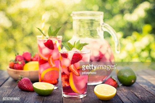 Rosa limonada com Limão, cal e morangos em conserva : Foto de stock