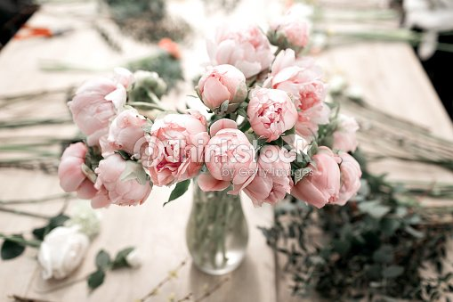 rosa pfingstrosen in vase auf holzboden und bokeh hintergrund stil retro foto softfokus stock. Black Bedroom Furniture Sets. Home Design Ideas