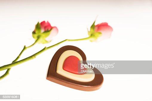 En forma de corazón rosa rosas y chocolate : Foto de stock