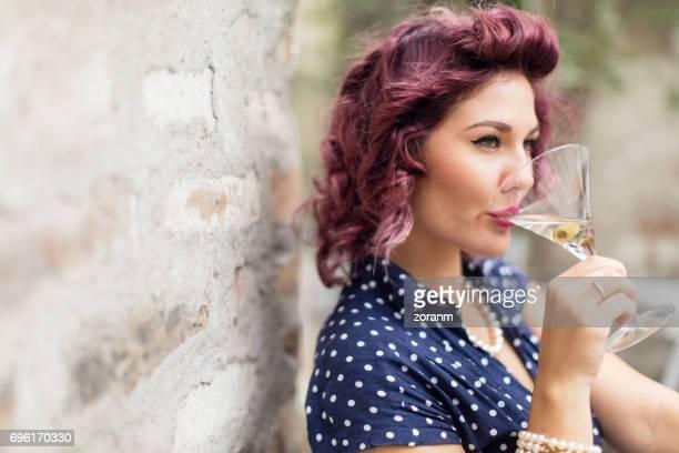 Pin-up buvant un martini