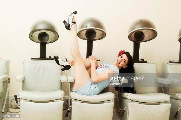 ピンナップガール:セクシーな女性のビューティーサロンで、ヘアドライヤー