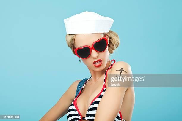 Pin-up-Stil Matrose Frau mit Sonnenbrille