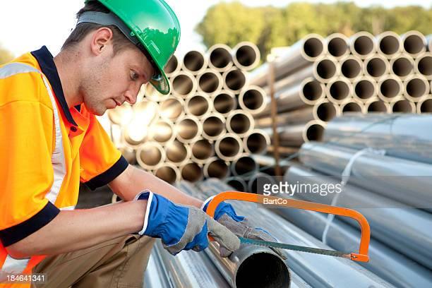 Rohrschlosser bei der Arbeit mit pvc Rohren. Abwasser Versammlung.