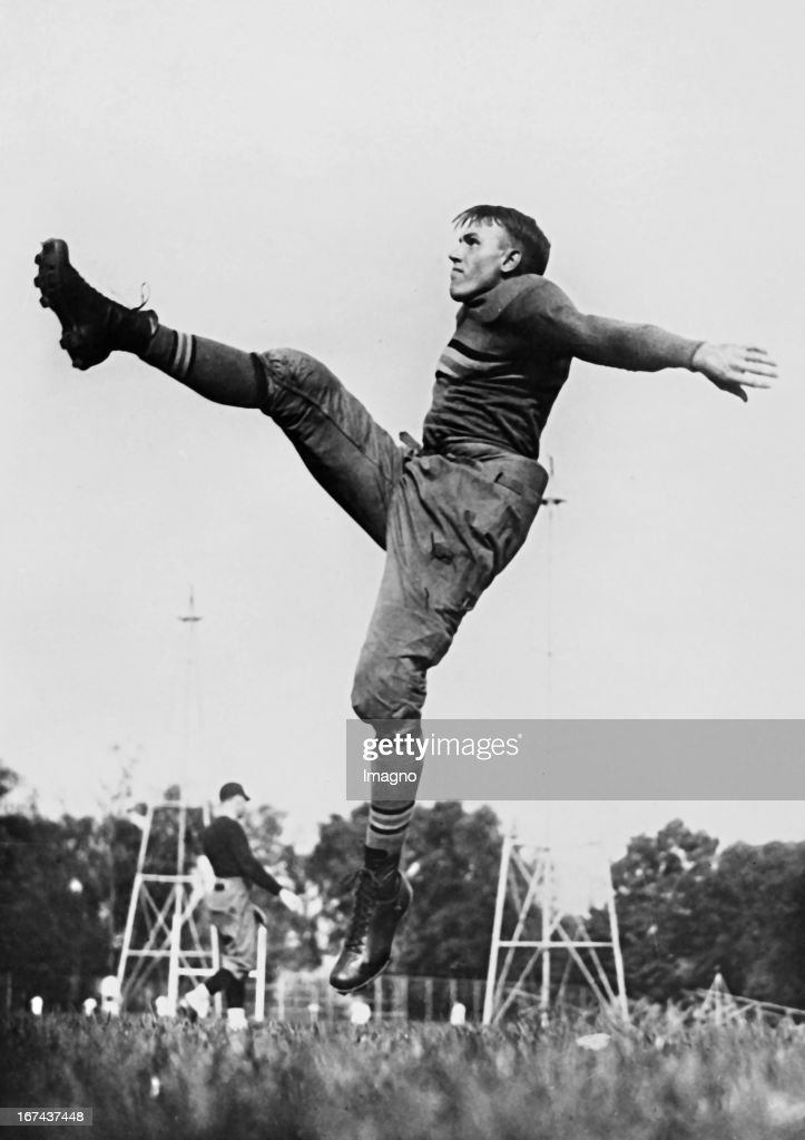 the best kicker in the American rugby. About 1930. Photograph. (Photo by Imagno/Getty Images) C. N. Piper: der beste Kicker im amerikanischen Rugby. Um 1930. Photographie.