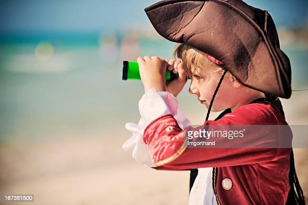 Menina olhar com Telescópio pequeno pirata