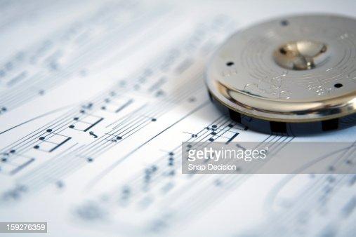 Pitch pipe on sheet music : Stockfoto