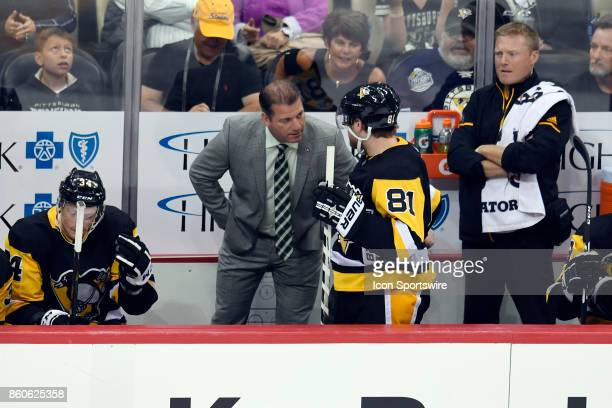 Pittsburgh Penguins assistant coach Mark Recchi talks with right wing Phil Kessel on the bench during the third period in the NHL game between the...