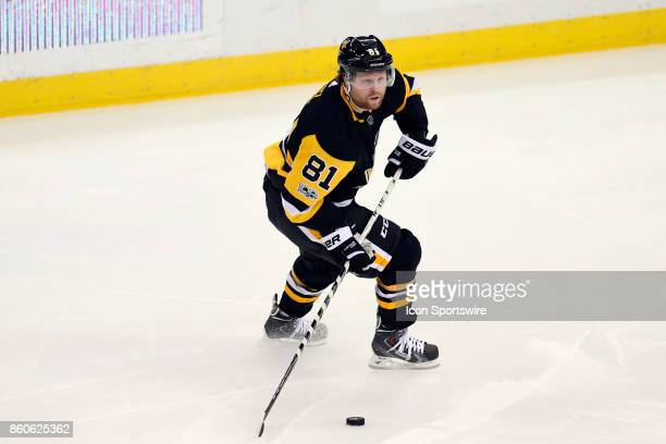 Pittsburgh Penguins right wing Phil Kessel handles the puck during the third period in the NHL game between the Pittsburgh Penguins and the Nashville...