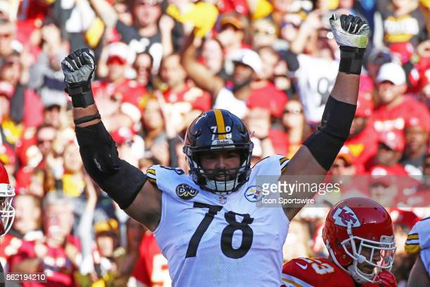 Pittsburgh Steelers offensive tackle Alejandro Villanueva celebrates a touchdown by teammate Le'Veon Bell in the second quarter of a week 6 NFL game...