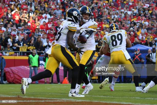 Pittsburgh Steelers quarterback Ben Roethlisberger hands off to running back Le'Veon Bell in their own end zone in the fourth quarter of a week 6 NFL...