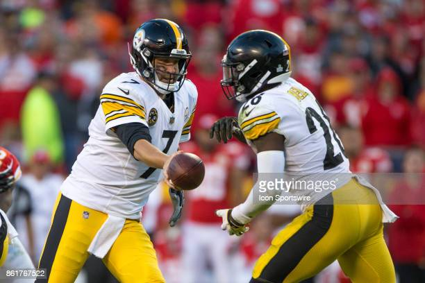 Pittsburgh Steelers quarterback Ben Roethlisberger hands off to Pittsburgh Steelers running back Le'Veon Bell during the NFL AFC game between the...